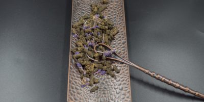*2019* Ivan Tee (Ivan Chai) granuliert (schwarz) mit Blüten